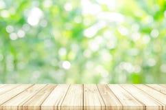 Tom trätabellöverkant med suddig naturlig abstrakt bakgrund Royaltyfri Bild