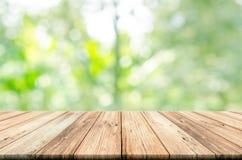 Tom trätabellöverkant med suddig naturlig abstrakt bakgrund Royaltyfri Fotografi