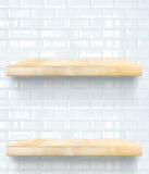 Tom trätabellöverkant och hylla på den keramiska väggen för vit tegelplatta, vikarie Royaltyfri Foto