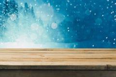 Tom trätabell över vinterskogbakgrund Övre tabellmall för åtlöje för produktmontage royaltyfri foto