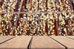 Tom trätabell av brunt på suddig färgrik bakgrund för framdel, för presentation och annonseringsprodukt och mall royaltyfria foton