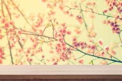 Tom trätabell för produktplacering eller montage och rosa färgblo arkivfoton