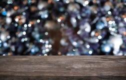Tom trätabell framme av abstrakt suddig bakgrund av Co Arkivfoto