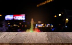 Tom trätabell framme av abstrakt suddig bakgrund av Co Arkivfoton