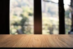 Tom trätabell framme av abstrakt suddig bakgrund av Co Royaltyfri Bild