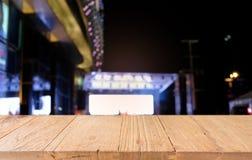 Tom trätabell framme av abstrakt suddig bakgrund av Co Royaltyfria Foton