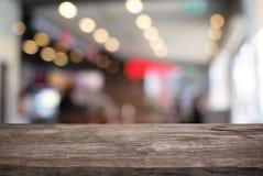 Tom trätabell framme av abstrakt suddig bakgrund av Co Royaltyfri Foto