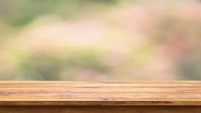 Tom trätabell med naturlig bakgrund för suddighet Royaltyfri Bild