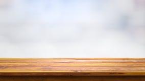 Tom trätabell med suddighetsvitbakgrund Royaltyfri Bild