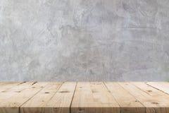 Tom trätabell och betongväggtextur och bakgrund med kopieringsutrymme, skärmmontage för produkt arkivfoton