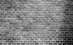 Tom traseiro e branco do fundo velho da parede de tijolo dentro Imagens de Stock