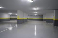 Tom underjordisk inre för parkeringsgarage i lägenhet Arkivfoton