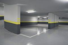 Tom underjordisk inre för parkeringsgarage i lägenhet Arkivbilder