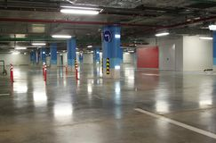 Tom underjordisk inre för parkeringsgarage i lägenhet eller i sup Royaltyfri Fotografi