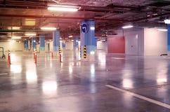 Tom underjordisk inre för parkeringsgarage i lägenhet eller i sup Royaltyfri Foto