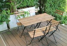 Tom utomhus- terrass med trästolar och tabeller Arkivbild