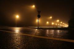 Tom väg på natten som tänds av lyktor arkivfoton