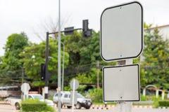 Tom vägmärke- och vägbakgrund Royaltyfri Fotografi