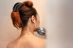 Tom View de mirada furtiva de una mujer en la ducha