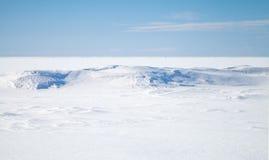 Blåttsky, snow på djupfryst Östersjön royaltyfri bild