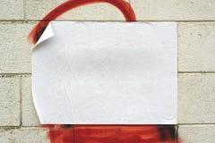 Tom vit affisch på grungeväggen arkivbilder