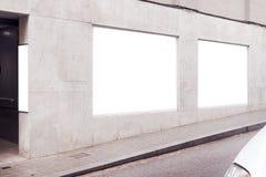 Tom vit annonserande stads- affisch på en vägg utanför på vit konkret byggnad, utrymme för designorientering arkivfoto