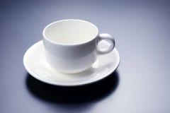 Tom vit kopp med tefatet för kaffe Royaltyfri Bild