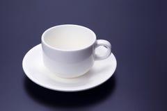Tom vit kopp med tefatet för kaffe Royaltyfri Foto