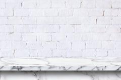 Tom vit marmortabell på vit bakgrund för tegelstenvägg royaltyfria foton