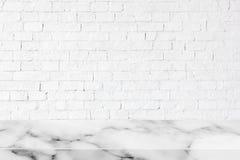 Tom vit marmortabell på vit bakgrund för tegelstenvägg arkivfoto