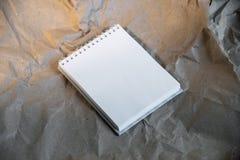 Tom vit notepad, mall för att brännmärka identitet fotografering för bildbyråer