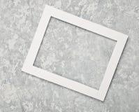 Tom vit ram på en grå betongvägg kopiera avstånd fotografering för bildbyråer