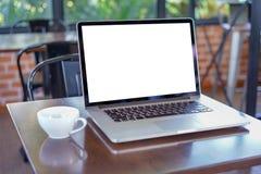 tom vit skärmworkspace, bärbar datordator som annonserar text M royaltyfria foton