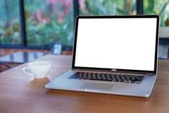 tom vit skärmworkspace, bärbar datordator som annonserar text M arkivfoto