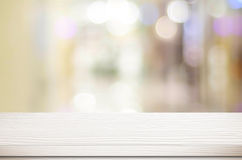 Tom vit tabell och suddig lagerbokehbakgrund, produktdi Royaltyfri Foto