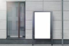 Tom vit utomhus- banerställning bredvid ljus modern byggnad, tolkning 3d arkivbilder