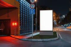 Tom vit utomhus- banerställning på nattetid i staden, tolkning 3d arkivbild