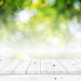 Tom vit wood tabell med abstrakt begreppgräsplanbakgrund Royaltyfria Foton