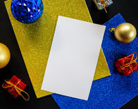 Tom vitbok med julprydnaden och blänker Julgranprydnad på tabellen Royaltyfria Foton