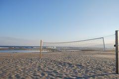Tom volleybolldomstol på skymning på en Atlantic City strand Arkivbilder