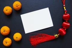 Tom vykort med den kinesiska tofsen och tangerin för nytt år på svart bakgrund Royaltyfri Fotografi