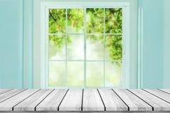 Tom wood tabell med suddighetsfönstret på grön bokehbakgrund Royaltyfri Bild