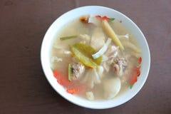 Tom Yum Chicken com alimento tailandês do cogumelo fotos de stock royalty free