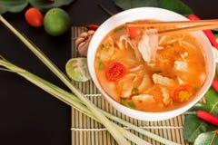 Tom Yum Gai ou sopa picante de tom yum com galinha - tailandês autêntico fotos de stock