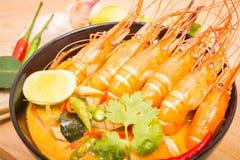 Tom Yum Goong, camarão picante quente tailandês da sopa no copo preto Fotografia de Stock