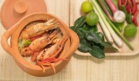 Tom Yum Goong em uma culinária tailandesa tradicional do alimento da sopa picante do potenciômetro de argila em Tailândia no fund fotografia de stock