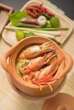 Tom Yum Goong em uma culinária tailandesa tradicional do alimento da sopa picante do potenciômetro de argila em Tailândia no fund fotos de stock royalty free