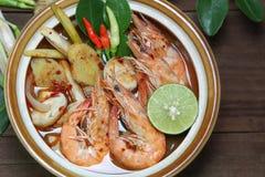 Tom Yum Goong gör klar soppa på trävarm och sur thailändsk soppa för bakgrund, mat Royaltyfri Bild
