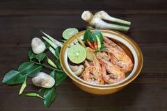 Tom Yum Goong gör klar varm och sur thailändsk soppa för soppa, mat, kokkonst Arkivbilder