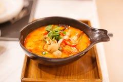 Tom Yum Goong Tom Yum Kung, Tiger Prawn Soup ácido e picante tailandês tradicional na bandeja de madeira, no camarão famoso do ma imagem de stock royalty free